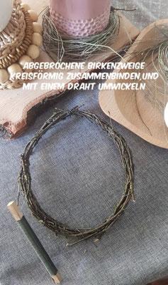 Abgebrochene Birkenzweige kreisförmig zusammendrehen und mit einem Draht befestigen