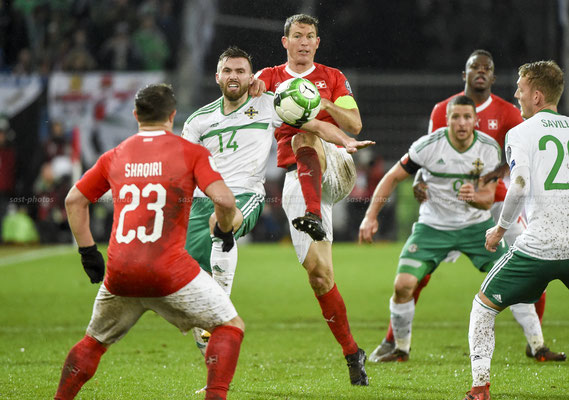 Stuart Dallas (NIR) fights for the Ball with Stephan Lichtsteiner (SUI) (Sandro Stutz/sast-photos)