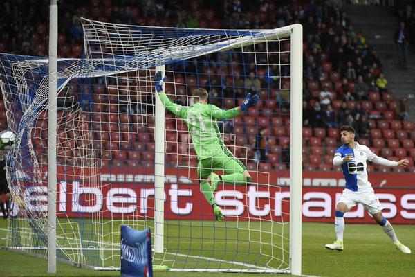 Jan Bamert (GC) trifft zum 3:1 gegen Jonas Omlin (Luzern) sast-photos