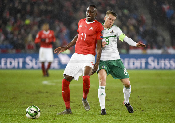 Denis Zakaria (SUI) fights for the Ball with Steven Davis (NIR) (Sandro Stutz/sast-photos)