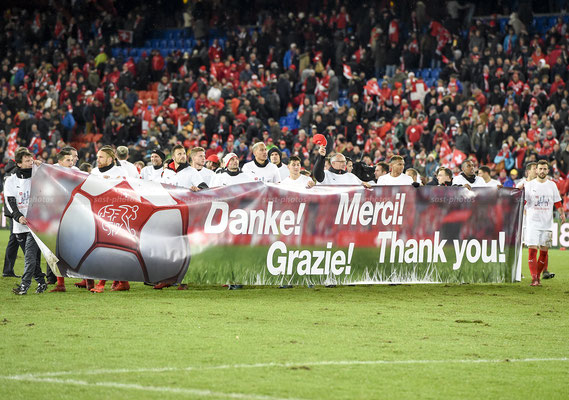 Swiss Players thank the Spectators after the Game (Sandro Stutz/sast-photos)