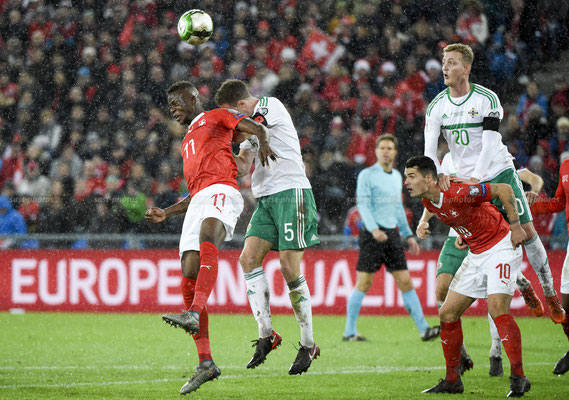 Denis Zakaria (SUI) fights for the Ball with Jonny Evans (NIR) (Sandro Stutz/sast-photos)