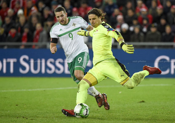 Torhueter Yann Sommer (SUI) fights for the Ball with Conor Washington (NIR) (Sandro Stutz/sast-photos)