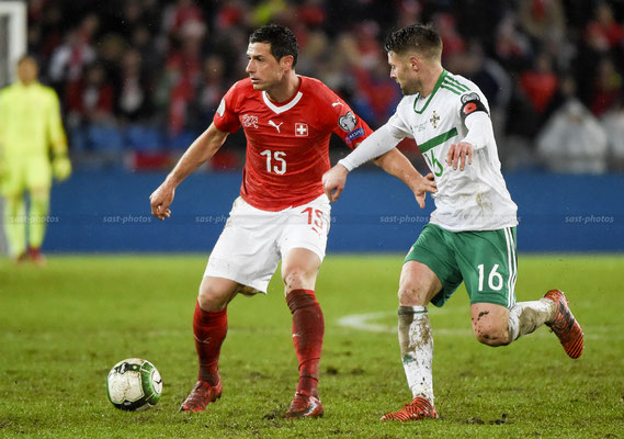 Blerim Dzemaili (SUI) fights for the Ball with Oliver Norwood (NIR) (Sandro Stutz/sast-photos)