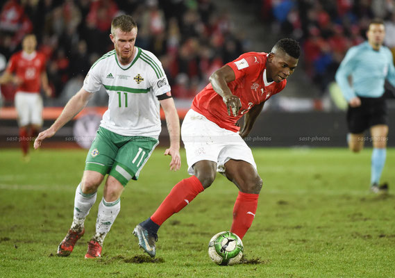 Breel Embolo (SUI) fights for the Ball with Chris Brunt (NIR) (Sandro Stutz/sast-photos)