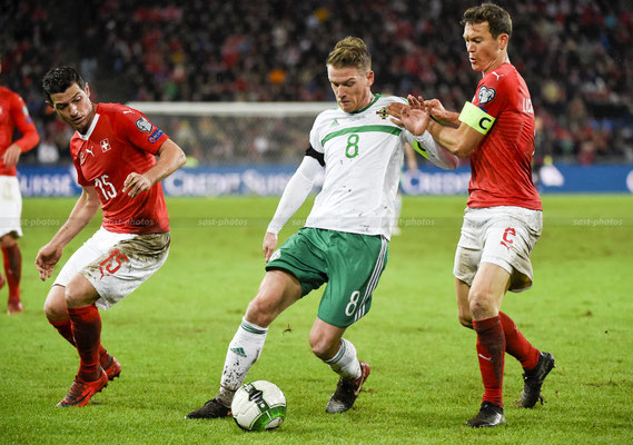 Steven Davis (NIR) fights for the Ball with Blerim Dzemaili (SUI) and Stephan Lichtsteiner (SUI) (Sandro Stutz/sast-photos)