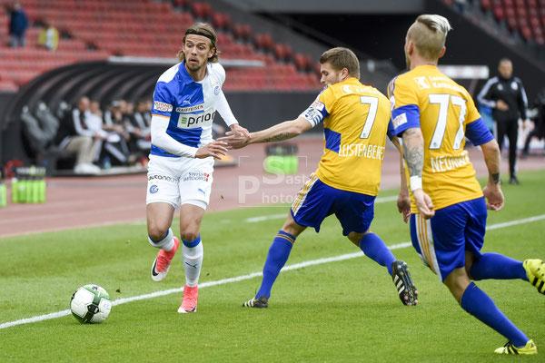 Lucas Andersen (GC) gegen Claudio Lustenberger (Luzern) und Markus Neumayr (Luzern) sast-photos