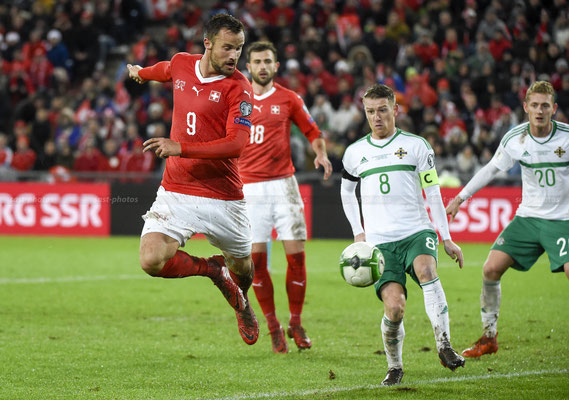 Haris Seferovic (SUI) fights for the Ball with Steven Davis (NIR) (Sandro Stutz/sast-photos)