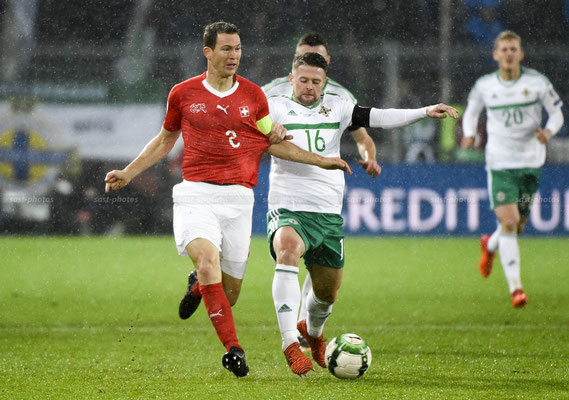 Stephan Lichtsteiner (SUI) fights for the Ball with Oliver Norwood (NIR) (Sandro Stutz/sast-photos)