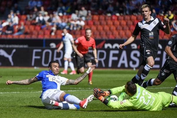 Alves dos Santos Caio (GC) gegen Torhueter Mirko Salvi (Lugano) sast-photos