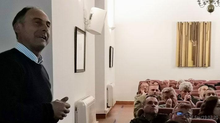 Juan Jesús Martín explica una de las diapositivas