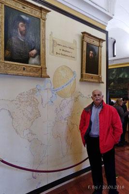 Junto al panel que rememora la primera circunvalación al Globo (1519-1522)