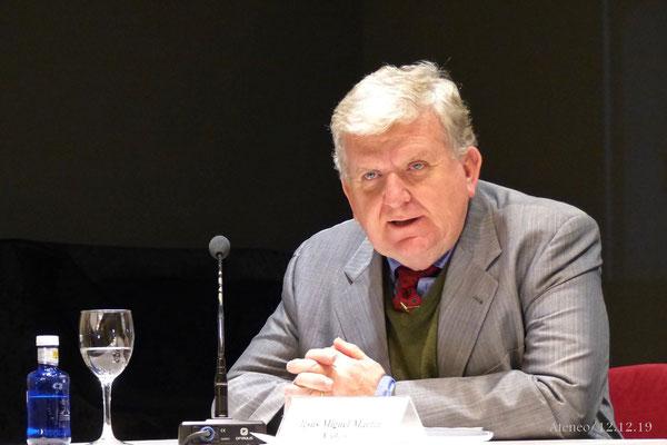 D. Jesús Miguel Martín Yáñez presentando al ponente