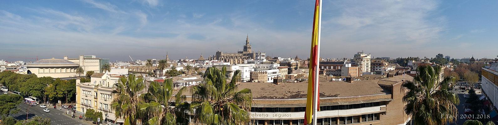 La catedral y la Giralda desde la Torre del Oro. En primer término la Torre de La Plata