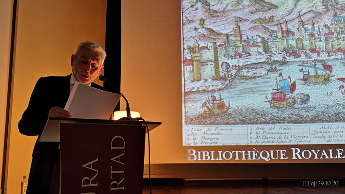El profesor Cabrera da lectura a unos dramáticos párrafos sobre un ataque marítimo a la ciudad.