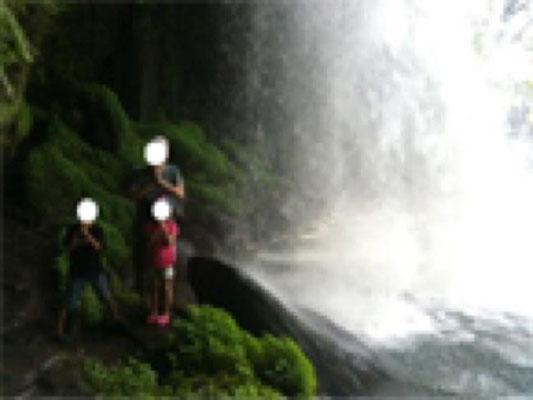 玖珠には、滝の裏側にいける場所がありました。濡れます。