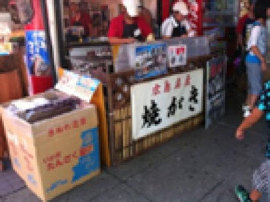 さらに途中、宮島SAで牡蠣を食べる。もちろん広島お好み焼きも食べます。