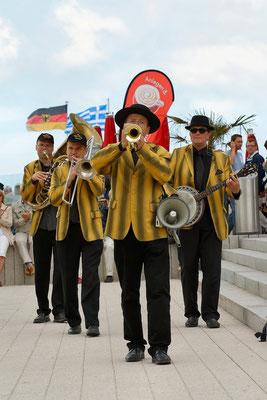 Brassband The Marching Saints zum Frühschoppen am Leuchtturm Warnemünde