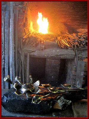 geschmiedeter Bronzeschmetterling mit Blume auf Sauerländer Schiefer