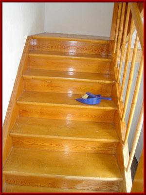 lackierte Holztreppe vor dem Strahlen