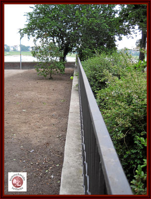 Zaun an der Südseite fertig gerichtet neu konserviert und neuer Dechanstrich
