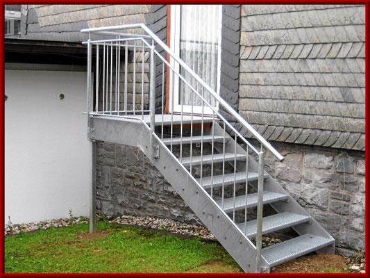 feuerverzinkte Außentreppe mit Gitterrost- Stufen