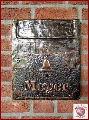 fertig montiertes Bronze- Klingelschild auf dem Briefeinwurf