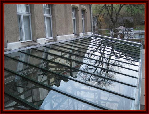 VSG-Scheiben auf den Dach fertig verlegt, Deckschienen angebracht und Bleianschluß angerichtet