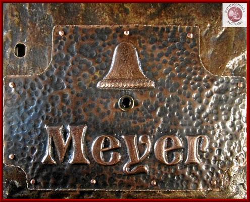 Detail getriebenes Bronze- Klingelschild