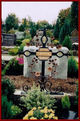 geschmiedetes Grabkreuz mit Kupferrosenranke
