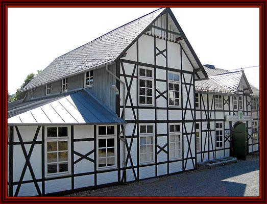 Fassade mit fertigem Deckanstrich