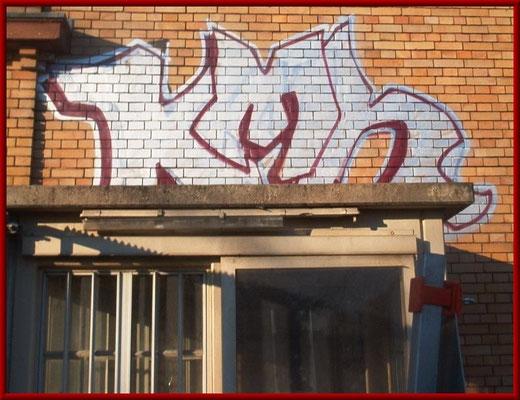 Klinkerfassade mit Graffiti vor der Reinigung