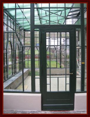 Seitenteil des Wintergartens mit Tür fertig konserviert und gestrichen