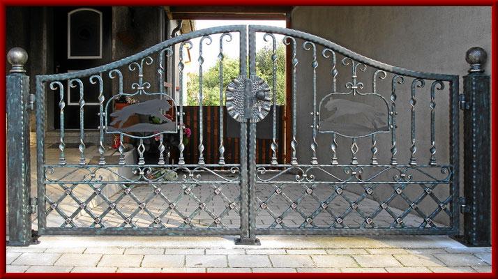 doppelflügliges geschmiedetes Eingangstor mit Hundemotiven
