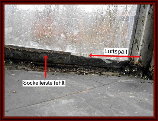Luftspalt unter der Scheibe in Folge der wegkorrodierten Sockelleiste