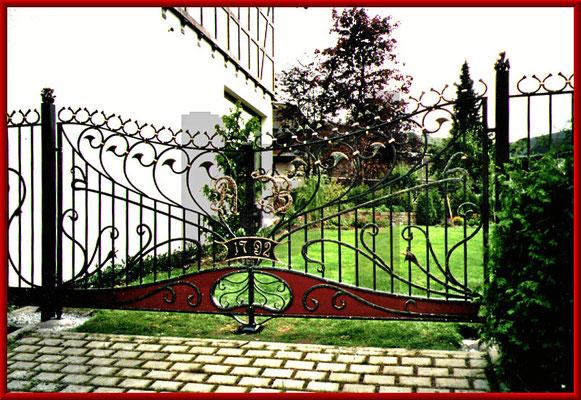 geschmiedetes Jugendstileinfahrtstor mit Bronzeinitialen und Blattvergoldungen