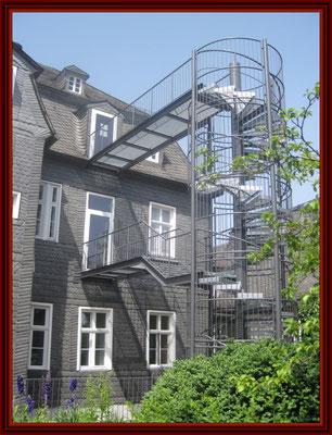 Fluchttreppenturm fertig montiert