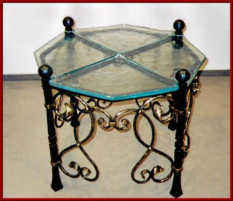 geschmiedeter Tisch Stahl mit Bronzeelementen und gegossenen Glasplatten