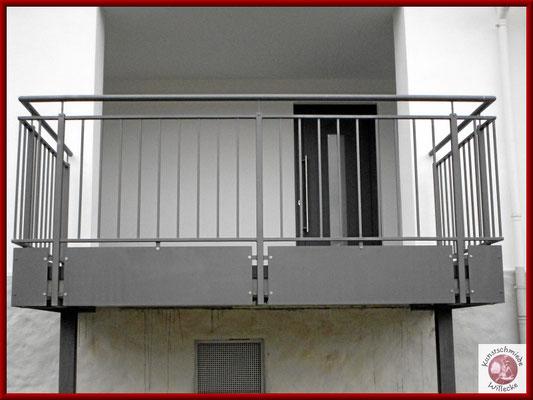 Balkongeländer mit Alublech- Verkleidung der Betonkante im Farbton DB703