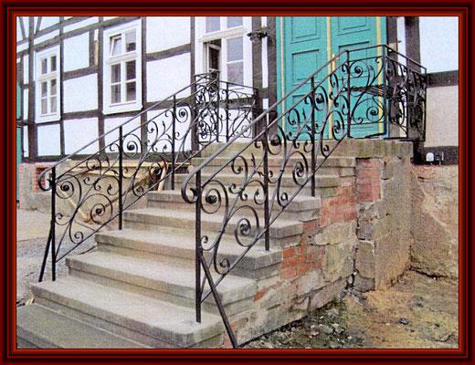 restauriertes Geländer neu montiert nach historischem Vorbild
