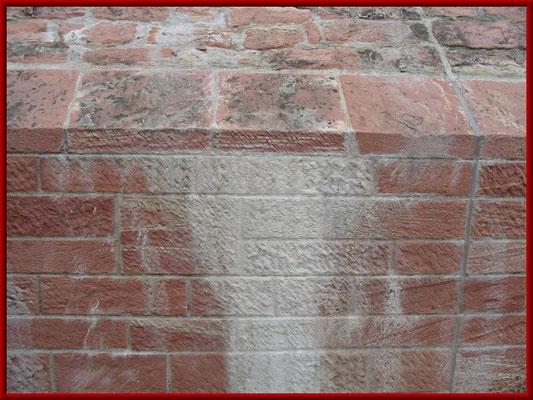 Ausblühungen auf einem Ziegelmauerwerk