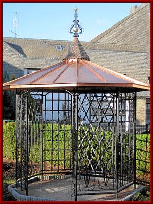 Gartenpavillon mit geschmiedeten Seitenteilen und Kupferdach