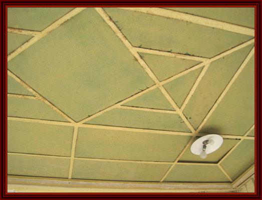 die Lichtdecke(Staubdecke) mit dem weiß gestrichenen grünen Kathedralglas