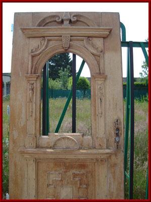 historische Holzhaustür nach der Reinigung