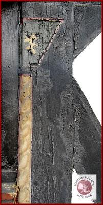 gedrehte Säule ver der Reinigung durch Feinstrahlen