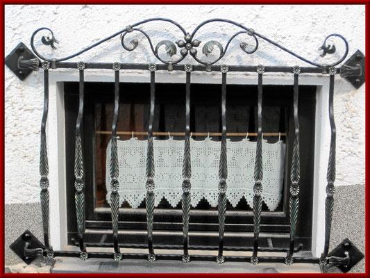 Fenstergitter von geschmiedeten Korbstäben als Einbruchschutz
