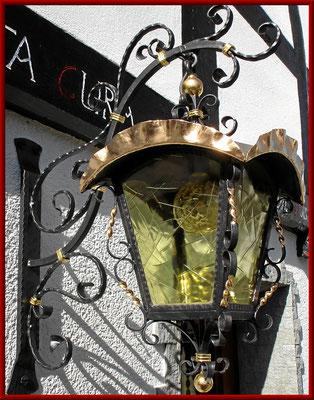 geschmiedete Wandlampe mit teilweiser Blattvergoldung