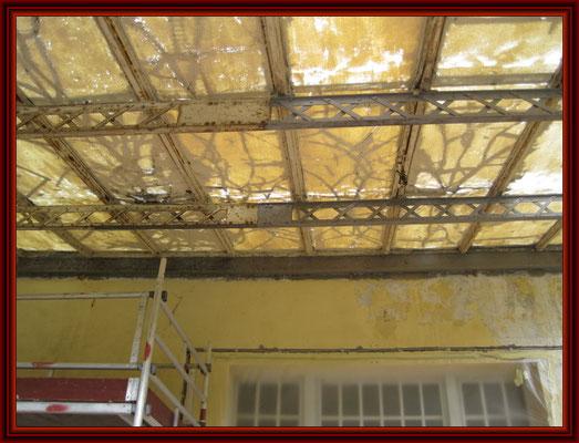 gerissene Drahtornamentscheiben der historischen Dachhaut