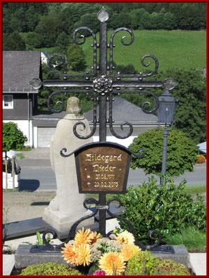 geschmiedetes Grabkreuz mit getriebener Kupferschrifttafel
