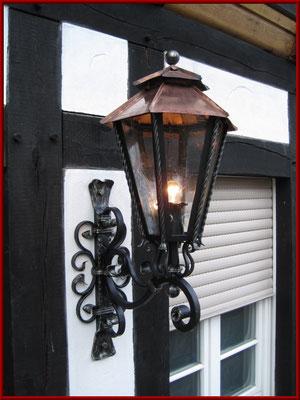geschmiedete Wandlampe mit Kupferdach